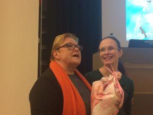 Ritva Enäkoski kukitti Anne Birgitta Pessin luennon lopuksi.